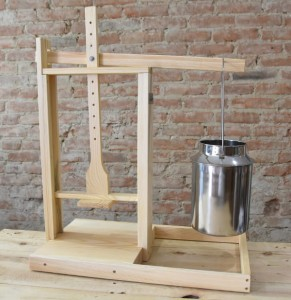 Large cheese press (x3.2 kg pressure)